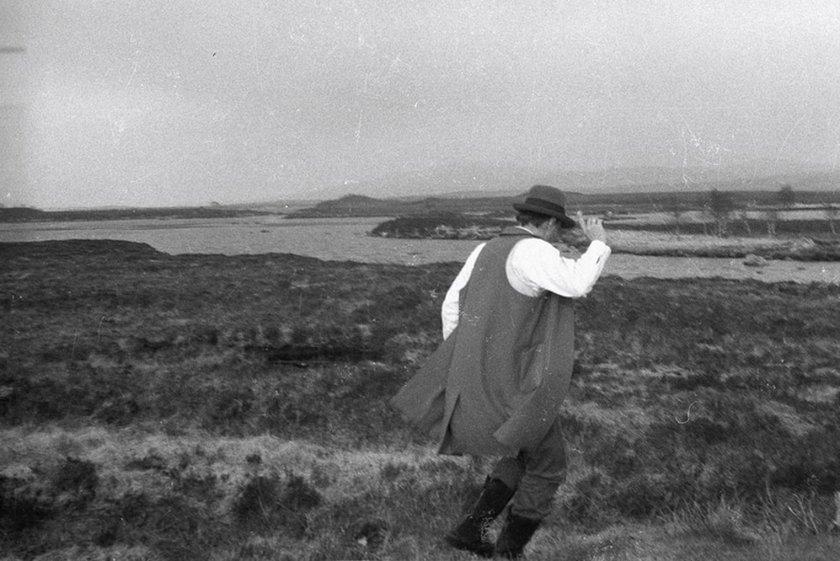 Fig.8 Joseph Beuys su Rannoch Moor, con Loch Ba alle spalle, Scozia, 8 maggio 1970